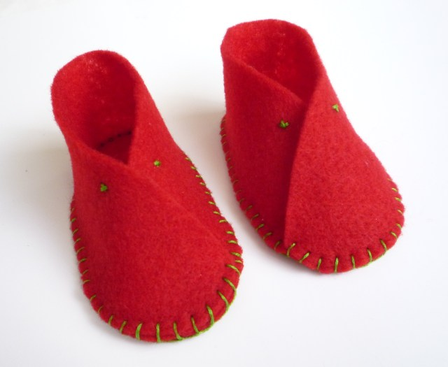 Felt baby shoes red