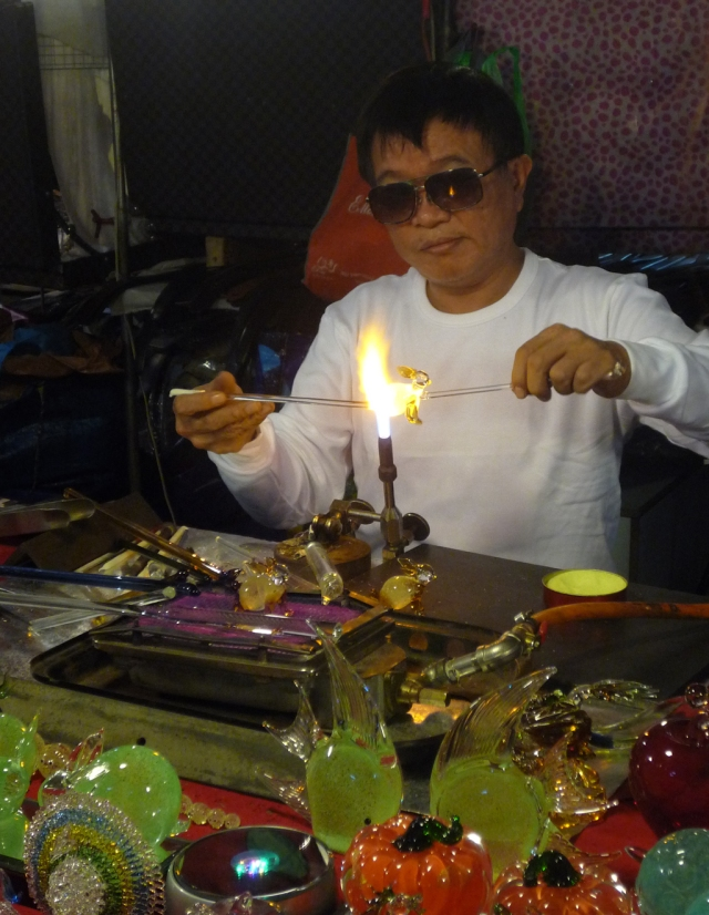Glassmaker Raohe night market
