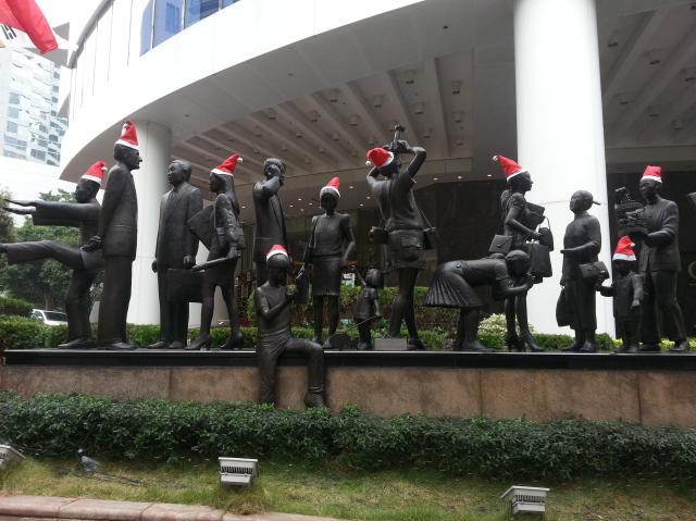 150120 Candid Hong Kong Christmas statues