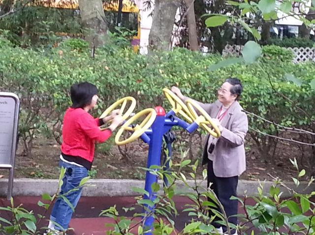Hong Kong parks - elderly exercising - Little Koo