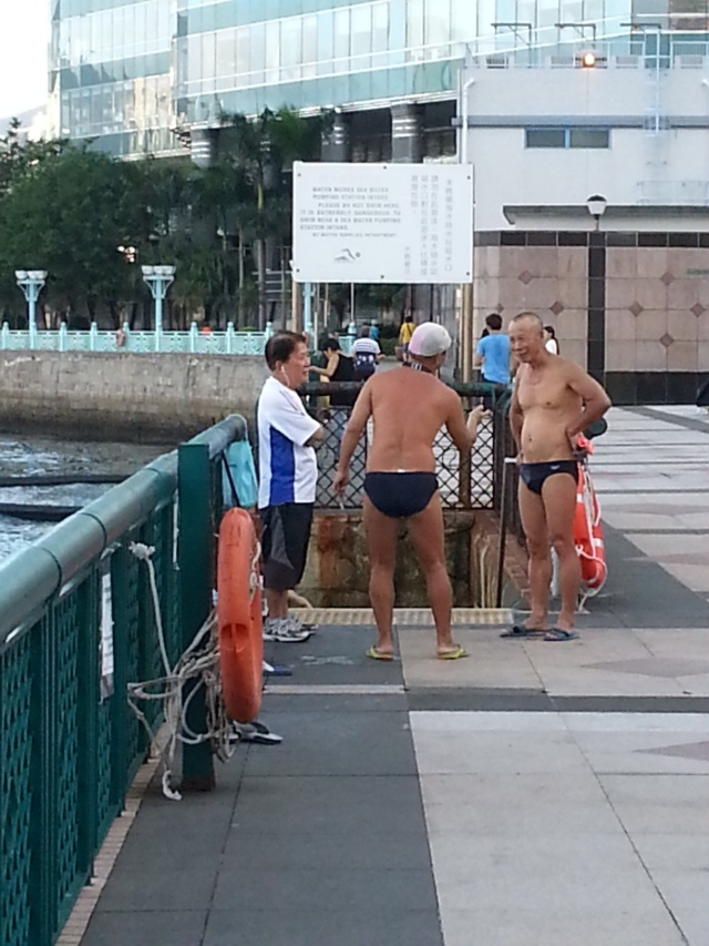 151215 Candid Hong Kong - pre-swim chatting