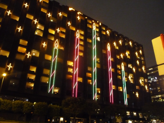 christmas_lights_on_shangri-la_hotel_east_tst